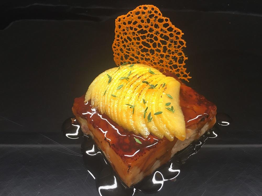 Placa de cochinillo con reduccion de lagavulin, melocoton caramelizado y crujiente de calabaza