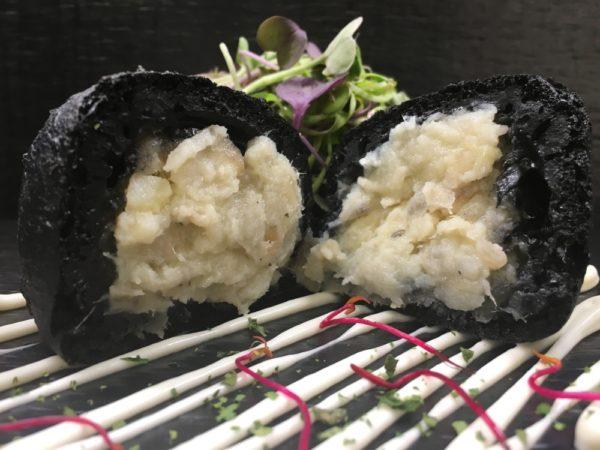 Bunuelo negro de bacalao con alioli XL