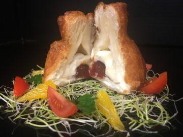 Feuillete au fromage de chevre avec de la confiture de tomate
