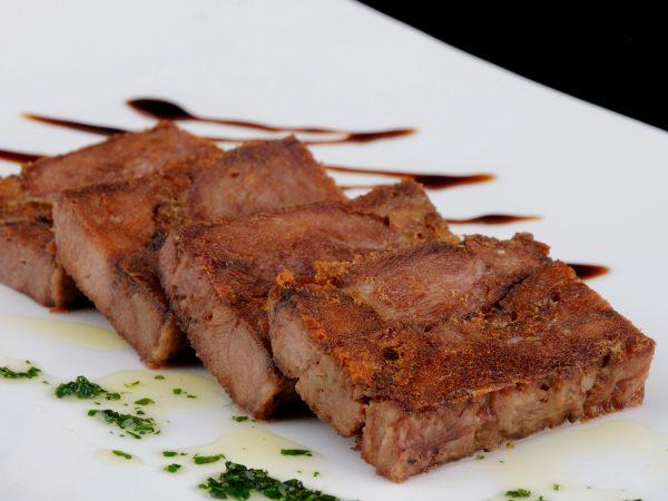 Placa de carrillera de cerdo iberico confitada